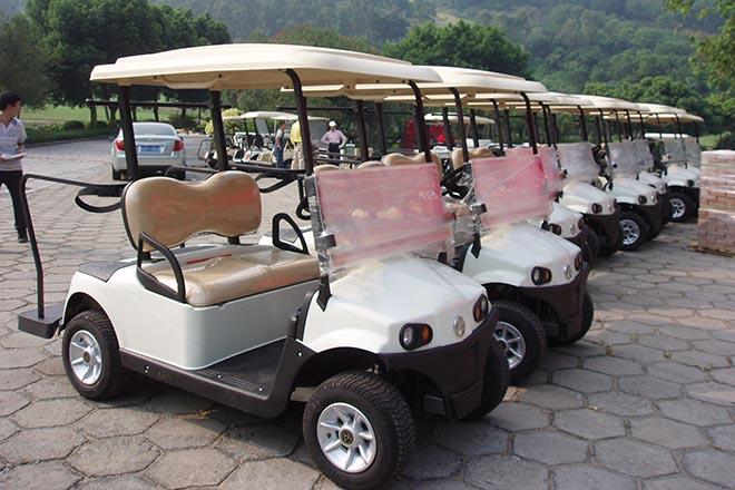乘坐电动高尔夫球车=节能驾驶乐趣+强身健体